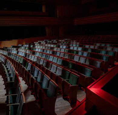 Azt szokták mondani, hogy egy jó fotós hangulatokat és érzéseket örökít meg. Nagy Attila képe tökéletesen érzékelteti azt a szomorúságot és azt a hiányt, amit a szeretett közönségünk nélkül érzünk mostanában a Müpában. Nagyon jó, hogy legalább virtuálisan találkozhatunk veletek a Müpa Home közvetítései során! #MüpaBudapest #Müpa #Budapest #Hungary #Concerthall #Lockdown #MüpaHome