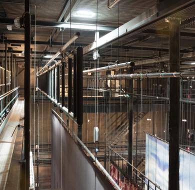 Ez a kép közel 27 méter magasban készült a Fesztivál Színház zsinórpadlásáról. Ennek a különleges, díszletek és színpadi lámpák mozgatására szolgáló szerkezetnek a teljes terhelhet?sége megközelíti 20 tonnát! #MüpaBudapest #Müpa #Budapest #Hungary #Concerthall #Backstage