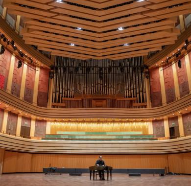 A napokban érkezett hozzánk egy egyedi, kifejezetten a Müpa akusztikai adottságaihoz tervezett cimbalom. A különleges hangszert a világhír? cimbalomm?vész, Lukács Miklós szólaltatta meg el?ször a Bartók Béla Nemzeti Hangversenyterem színpadán. (Fotó: Kotschy Gábor) #MüpaBudapest #LukácsMiklós #Müpa #Hungary #Budapest #Cimbalom #Concerthall