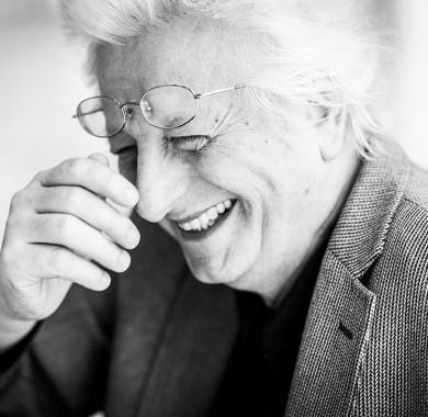 Ma lenne 71 éves a világirodalmi rangú, nemzetközi mércével mérve is élvonalba tartozó írónk, Esterházy Péter.   Születésnapja alkalmából két emlékezetes – és természetesen a honlapunkon ingyenesen visszanézhet? – produkciót szeretnénk a figyelmetekbe ajánlani:   Az egyik a Müpa nagy siker? Literárium sorozatának 2014-es el?adása, ahol a megkerülhetetlen és korszakos életm? a Budapesti Fesztiválzenekar Kortárs Zenei Együttese, Molnár Piroska, László Zsolt és Tör?csik Franciska tolmácsolásában került bemutatásra.  A másik a 2016-os emlékest, ahol az íróra a legközelebbi barátai és pályatársai – köztük Spiró György, Parti Nagy Lajos, Bán Zsófia és Závada Pál – emlékeztek, együtt idézve meg felejthetetlen alakját és nagy hatású m?veit.  Ünnepeljük együtt Esterházy Péter születésnapját! (Fotó: Csibi Szilvia) #MüpaBudapest #EsterházyPéter #EP #Fókuszban #Irodalom