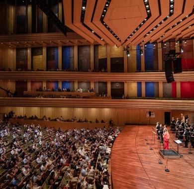 Tegnap este egy kicsit újra a Müpa lett a nemzetközi operavilág középpontja, ugyanis a leny?göz? lett operadíva, El?na Garan?a egy igazán emlékezetes el?adással kedveskedett a Bartók Béla Nemzeti Hangversenyterembe visszatér? közönség számára. (Fotó: Nagy Attila) #MüpaBudapest #Müpa #Budapest #Hungary #Concerthall #El?naGaran?a #Audience
