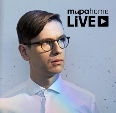 Újra megnyílik a Müpa virtuális hangversenyterme: folytatódnak a Müpa Home online közvetítései!  Hisszük, hogy a Müpa-élmény nem ismer korlátokat. Szeretnénk, ha a mi fantasztikus közönségünk ebben a rendkívüli helyzetben is találkozhatna a világ legkiválóbb m?vészeivel és legizgalmasabb alkotóival estér?l estére – ezúttal a saját otthonában. Éppen ezért az elkövetkezend? hetekben a jól ismert id?pontokban – m?fajtól függ?en 19:00-kor, 19:30-kor vagy 20:00-kor – megnyitjuk a Müpa virtuális hangversenytermét, és számos, a házban él?ben (de közönség nélkül) zajló el?adást közvetítünk honlapunkon, Facebook-oldalunkon és YouTube-csatornánkon, emellett az elmúlt évek egy-egy felejthetetlen produkcióját is felidézzük.   Bízunk benne, hogy ezzel is kellemesebbé varázsoljuk és felemel? pillanatokkal gazdagítjuk otthon töltött estéiteket.  Az els?, néz?k nélkül megvalósuló koncertet ma este él?ben közvetítjük a Bartók Béla Nemzeti Hangversenyteremb?l, ahol a koncert napján épp 35. születésnapját ünnepl? világhír? csellista, Várdai István kiváló izlandi nemzedéktársával, Víkingur Ólafsson zongoram?vésszel lép színpadra.   Vigyázzatok magatokra, és tartsatok velünk! A mai adásért pedig kattintsatok a bioba! #MüpaBudapest #Müpa #Budapest #Livestream #Mupalive #Liveconcert #Live #Stream #IstvánVárdai #VíkingurÓlafsson #MüpaHome