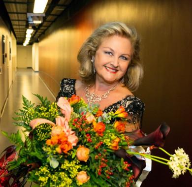 Elhunyt a nemzetközi operavilág egyik legfényesebb csillaga, Edita Gruberová.   Nagy büszkeségünkre a koloratúra királyn?jének csodálatos hangját, makulátlan technikáját és kifejez? el?adásmódját a Müpa közönsége öt alkalommal is megcsodálhatta.  Koncertjei és emléke örökké felejthetetlen marad számunkra. Nyugodjon békében! (Fotó: Posztós János) #MüpaBudapest #RIP #EditaGruberová