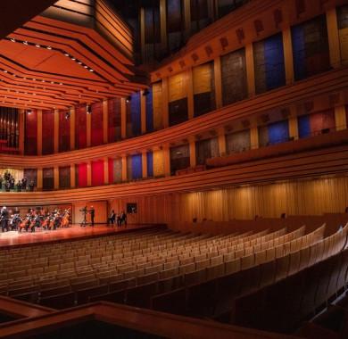 A hét második felében is folytatódnak az ingyenes online közvetítéseink, ráadásul most egyházi, kortárs és világzene is színesíti majd a Müpa Home programját. A következ? napokban a Romengo, a Nemzeti Énekkar és a MIKAMO Közép-Európai Kamarazenekar koncertjeit visszük el hozzátok! (Fotó: Nagy Attila) #MüpaBudapest #Müpa #Budapest #Hungary #Concerthall #Lockdown #MüpaHome