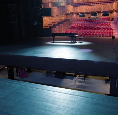 A színpad, és ami alatta van. (Fotó: Réthey-Prikkel Tamás) #MüpaBudapest #Müpa #Photography #Budapest #Concerthall #Backstage