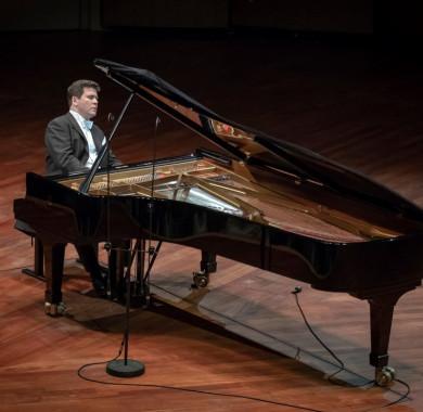 Holnap este a kivételes tehetség? orosz zongorista Gyenyisz Macujev ad online koncertet a Müpa Home közönségének, de ezúttal nem a klasszikus zenei repertoárjának darabjai lesznek hallhatók, hanem megvillantva könnyedebb oldalát, exkluzív jazz-koncerttel jelentkezik!   A különleges közvetítést csütörtök este 20:00-tól követhetitek a honlapunkon és a YouTube-csatornánkon! (Fotó: Kotschy Gábor) #MüpaBudapest #MüpaHome #Matsuev #DenisMatsuev #Stream #Müpa #Budapest